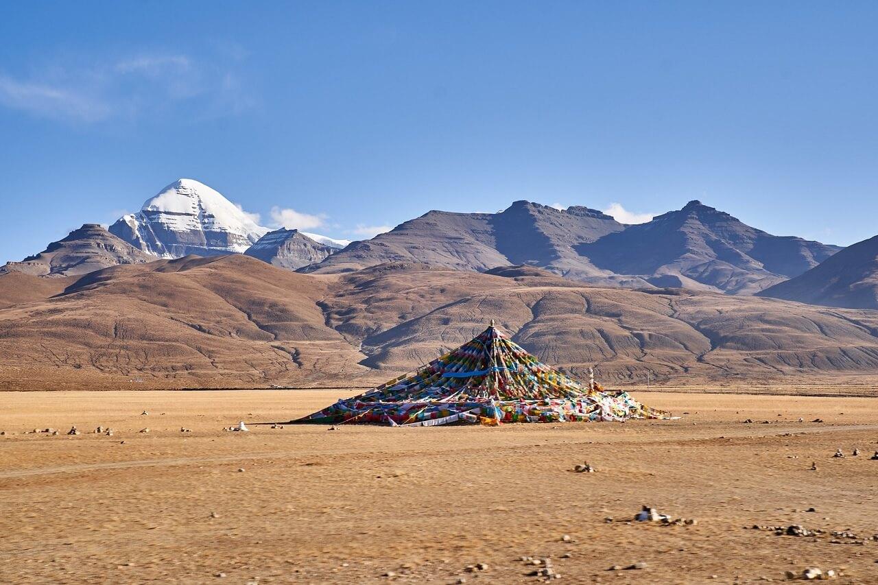 La vetta innevata del monte Kailash