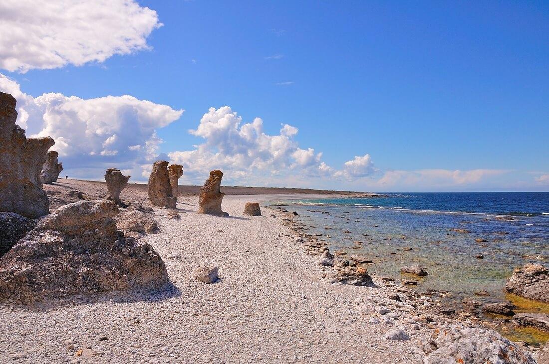 Una spiaggia di Fårö con i famosi rauk, rocce calcaree dalla strana forma