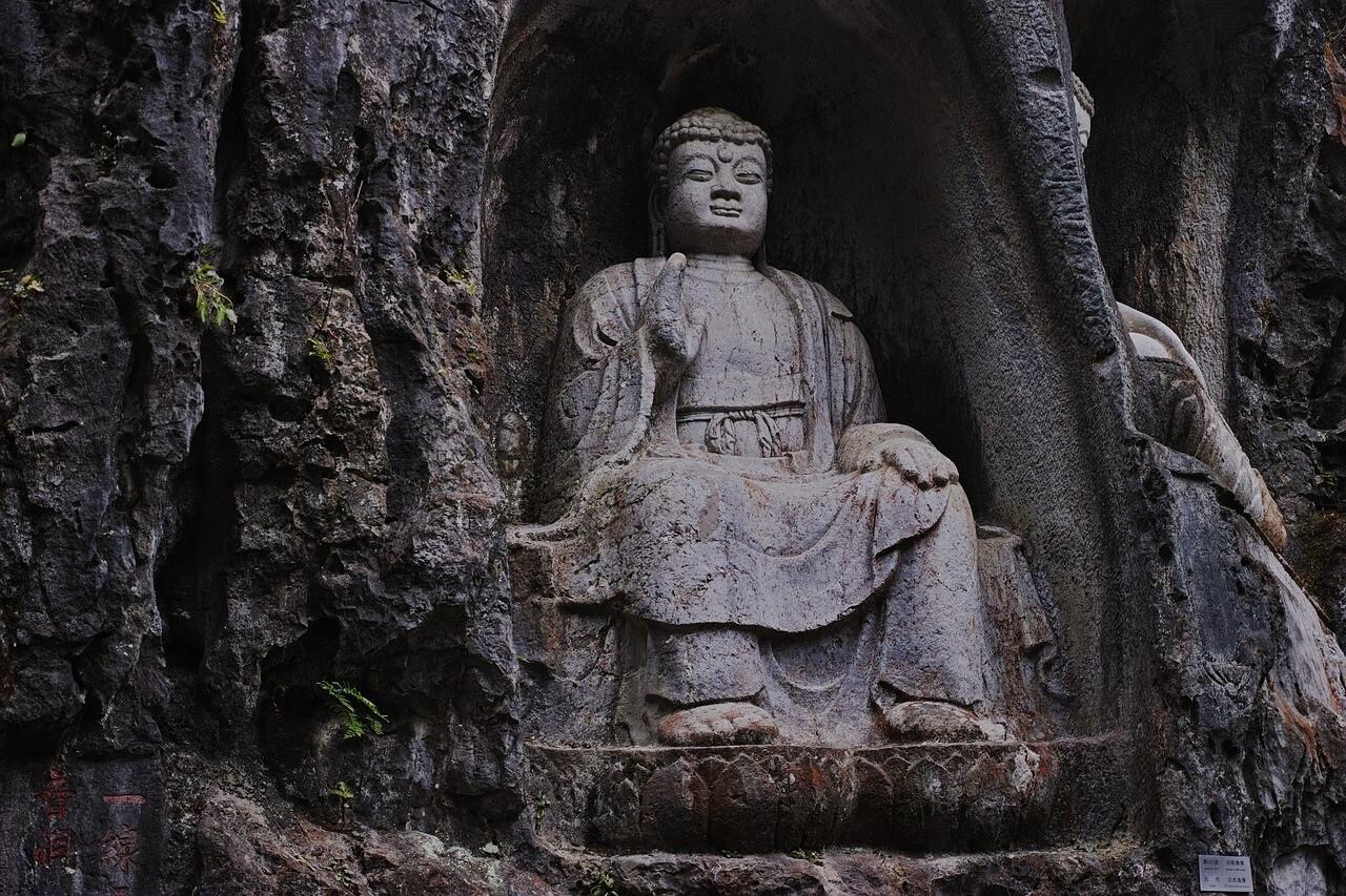 Una delle sculture rupestri del tempio di Lingyin (Hangzhou, Cina)
