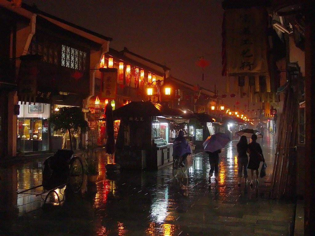 La via Qinghefang con la pioggia e le luci notturne. Hangzhou, Cina