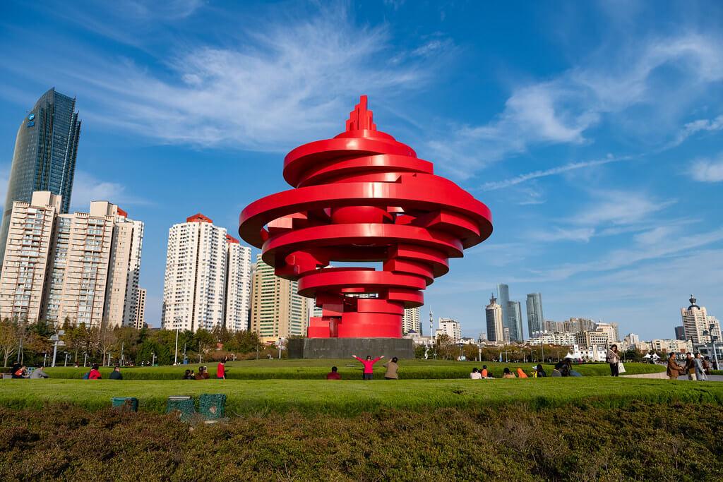"""La scultura rossa a spirale """"Vento di maggio"""" di May 4th Square (Qingdao)"""