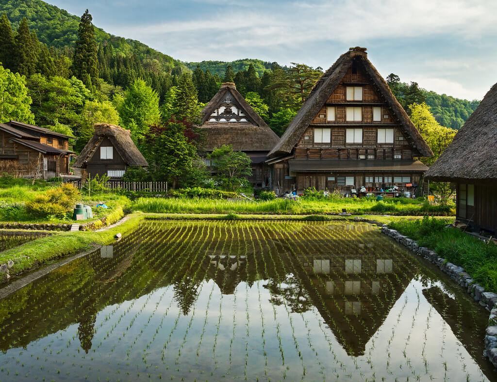 Le tradizionali case rurali di Shirakawa-go, villaggio delle Alpi giapponesi