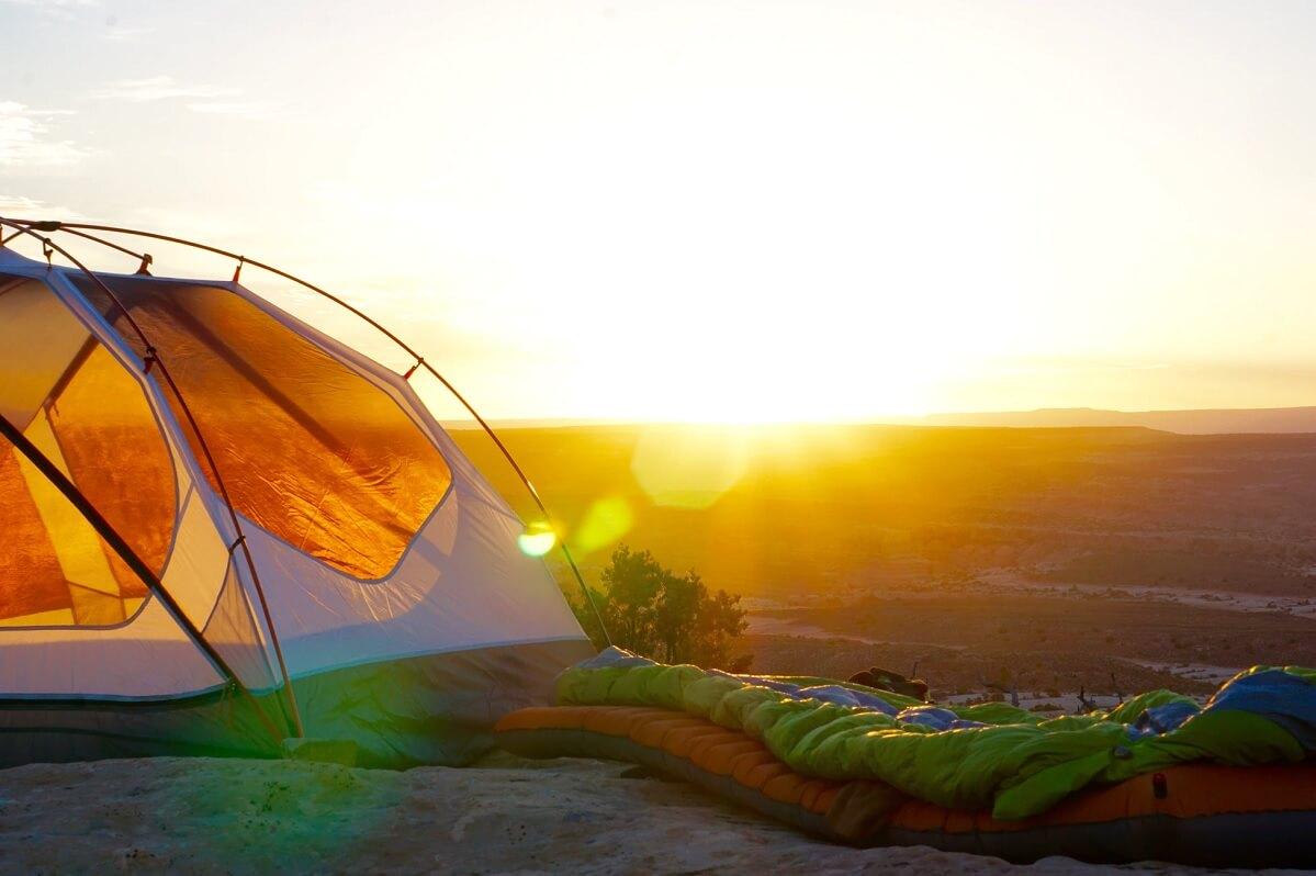 Un materassino per dormire nella tenda in campeggio