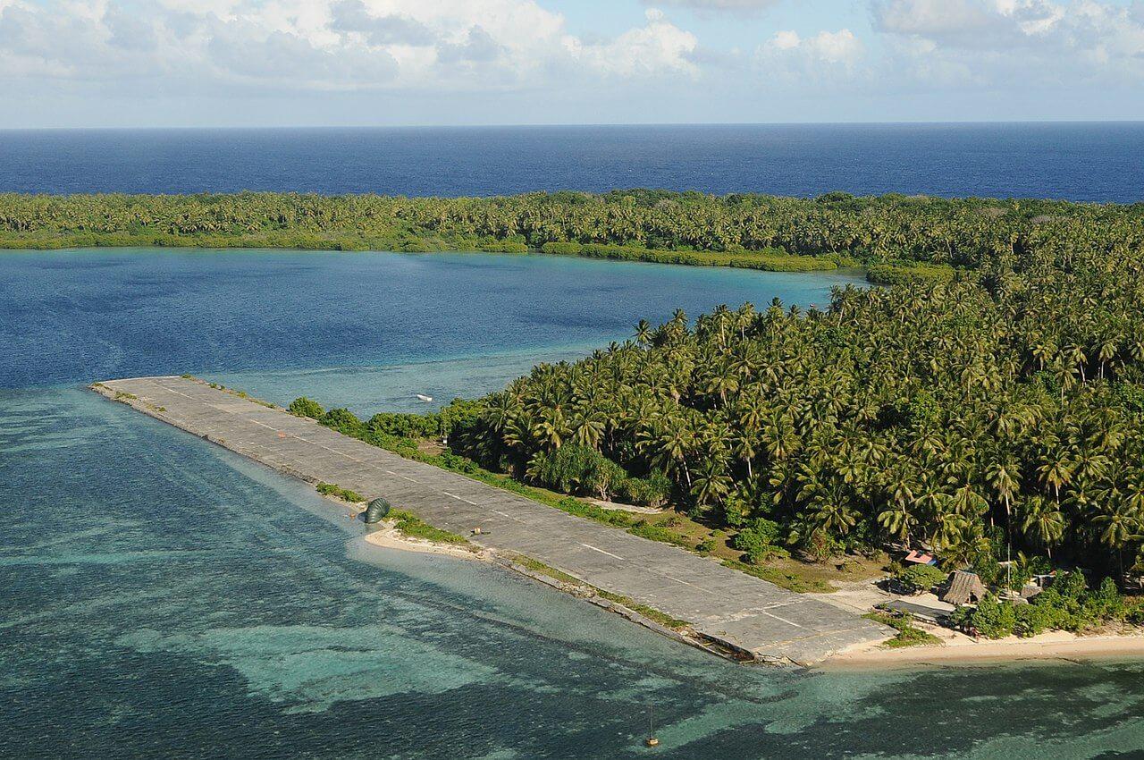 La piccola pista di atterraggio di Pingelap, isola remota dell'Oceano Pacifico