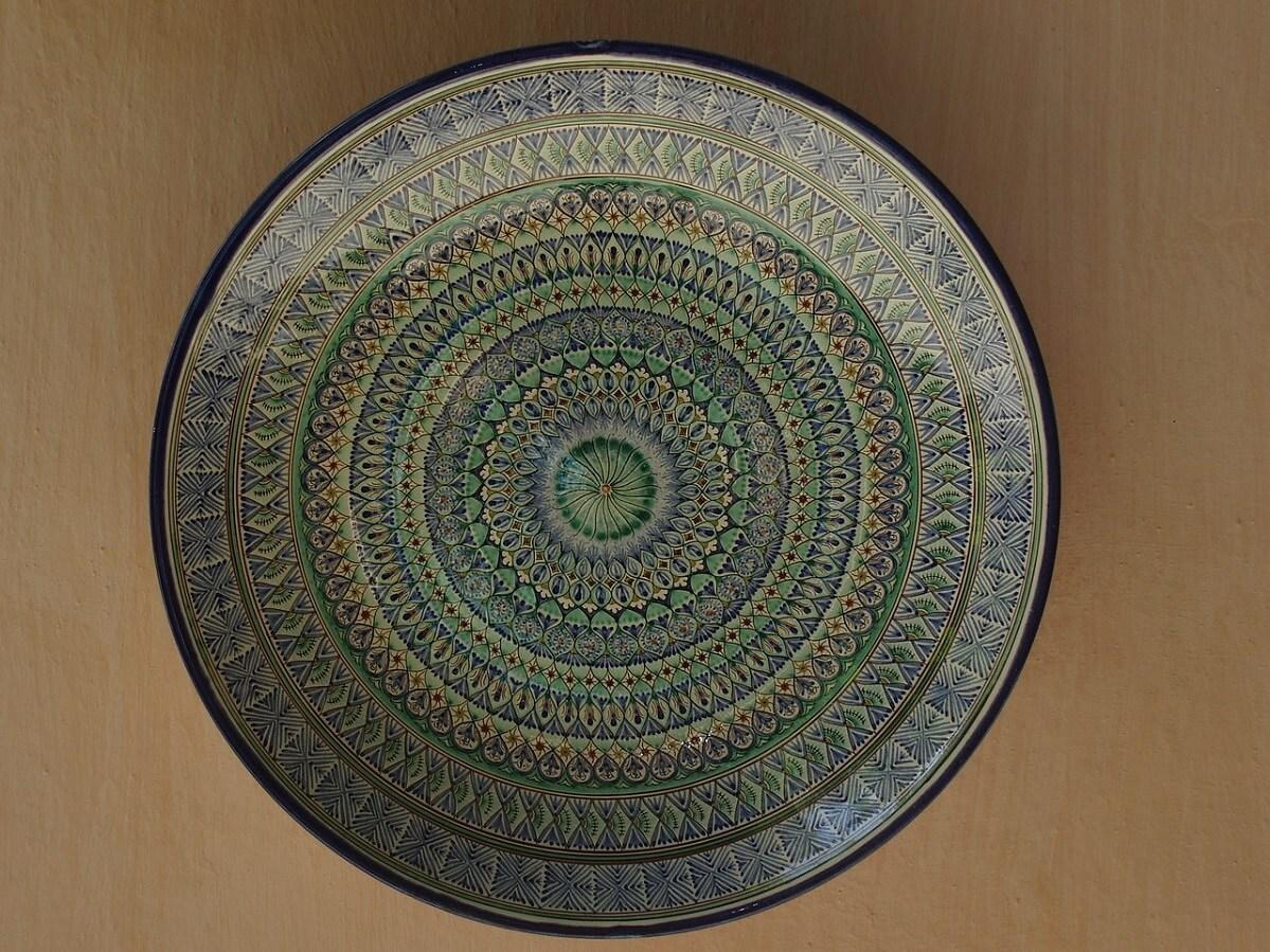 Un piatto in ceramica realizzato a Rishton, nella Valle di Fergana