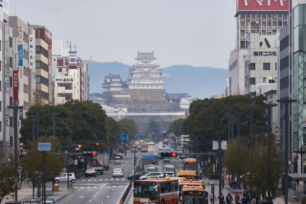Il castello di Himeji, fotografato in un contesto cittadino