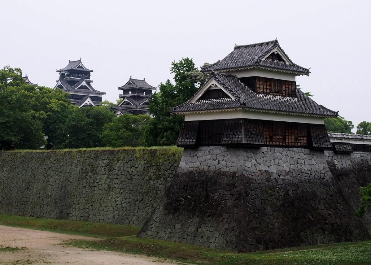 Kumamoto-jo, uno dei tre castelli monumentali del Giappone. Foto del maggio 2015, un anno prima del terremoto