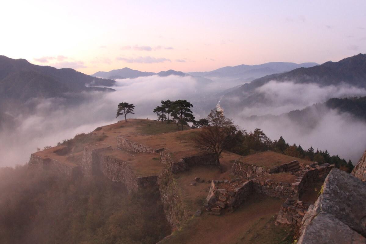 """Il castello di Takeda. La mattina presto in autunno-inverno spesso """"fluttua"""" sulla nebbia"""