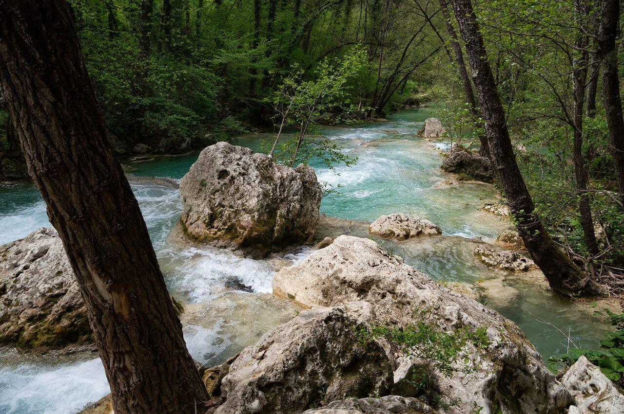 Sentierelsa: il fiume e la sua vegetazione rigogliosa