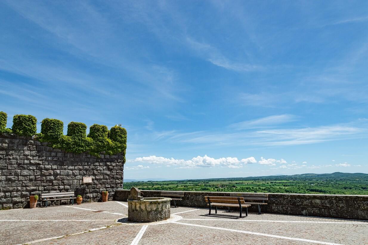 Il belvedere, una terrazza panoramica di fronte all'ingresso del castello di Torre Alfina