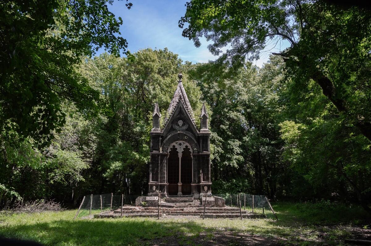 Il mausoleo del Marchese Cahen, nel bosco del Sasseto (Torre Alfina, Acquapendente)