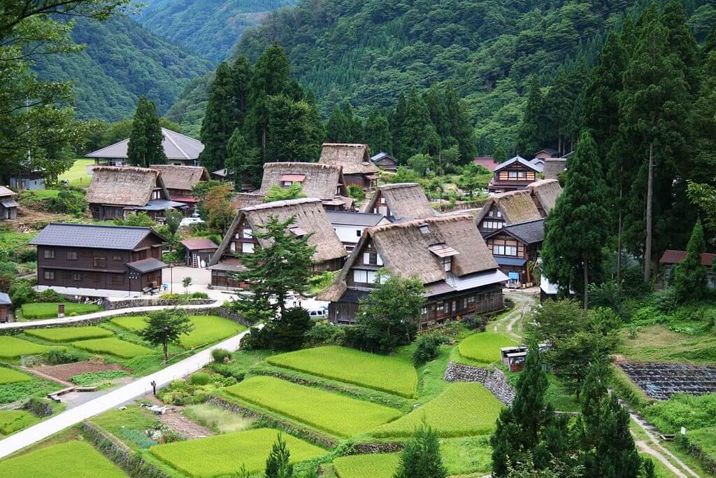Il villaggio di Ainokura con le case tradizionali in stile gasshō-zukuri