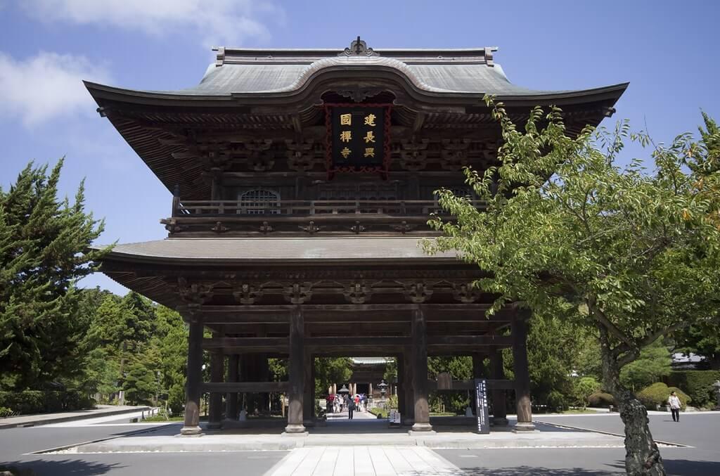 Il portale di ingresso (sanmon) del tempio zen Kencho-ji di Kamakura